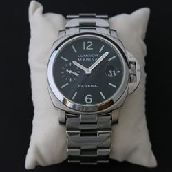 【欲しかった期間】                   パネライブームの時から欲しかったPAM00050ですが、いざ買おうと思った際、他の時計を選択してしまいなかなか買えずにいました。結局欲しいと思ってから手に入れるまで10年以上経ってしまいました。                                      【使用頻度】                   同時にロレックスを所有しているのですが、使い勝手はロレックスのほうが上。週に一回ぐらい使えば多い方かもしれません。                                      【重量感】                   パネライは革ベルトのタイプでも重めなのに、ブレスレットとなるとさらに重く、かなりズシッとします。ただ、ブレスレットをキツめに調整しているため、装着感は不快ではなく、肩がこるということもありません。                                      【夏の使い勝手】                   ブレスレットのため、夏の使い勝手は良いです。革ベルトとは違い、汗を気にせず使えます。ただ、ブレスレットをキツめに調整しているため、汗をかいたら張り付く感じがあります。一回時計を外せば張り付き感が無くなり、再度快適に使えます。                                      【冬の使い勝手】                   冬の使い勝手も問題ありません。冬は夏より腕が膨張していないせいか、程よい装着感となり、外す頻度も高くありません。                                      【買うときに迷った他の候補】                   フランクミュラーのカサブランカと迷いました。購入する際は、たまたまPAM00050の数が少なく、カサブランカに軍配が上がっていたのですが、良い個体が出たためPAM00050に決定しました。                                      【総評】                   使い勝手はロレックスのほうが上なため、どうしても使用頻度は低めとなってしまいますが、総合的にはとても満足しています。